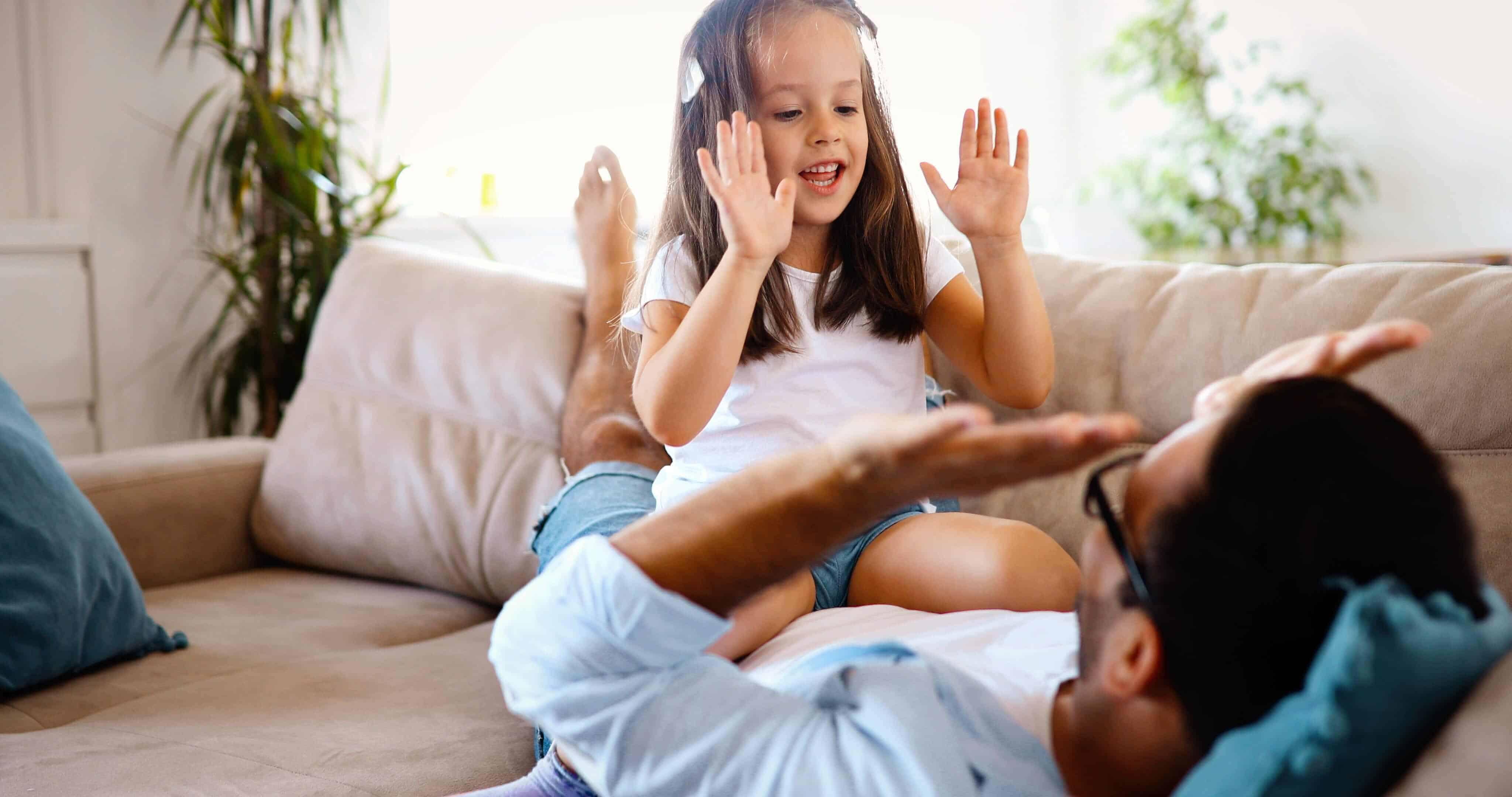 Vader en dochter handje klappen finzie website