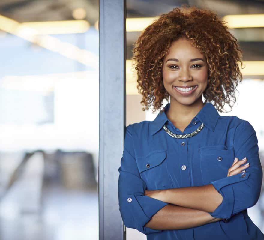 vrouwelijk adviseur getint blauwe blouse