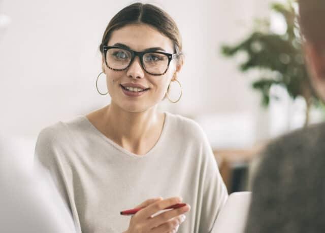 Vrouw met bril in meeting