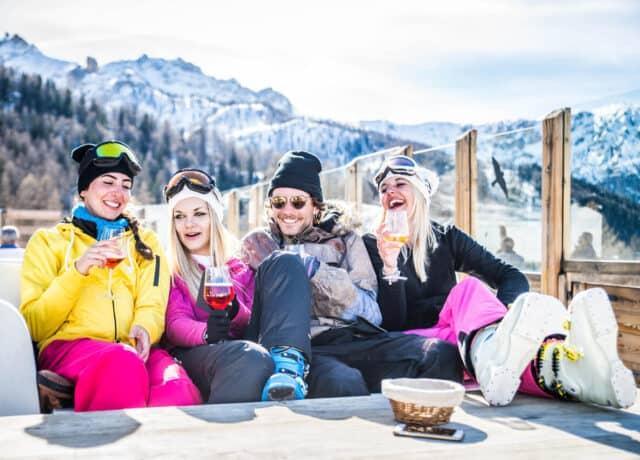 Vrienden op wintersport drankje drinken