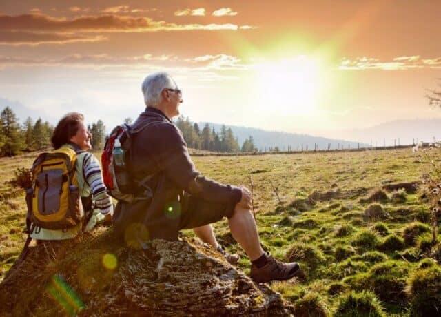 Man en vrouw genieten van uitzicht