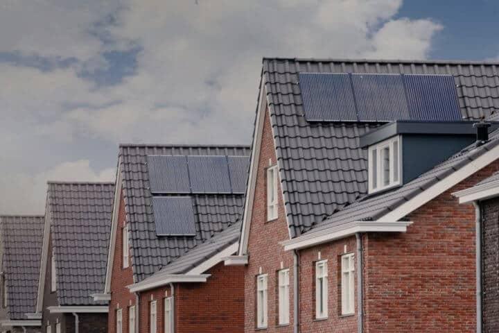 Woningen met zonnenpanelen, donkere layer