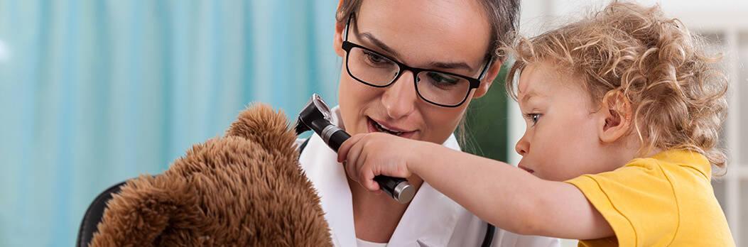 Vrouw met kind otoscoop