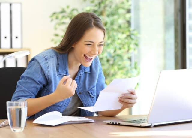 Vrouw voor laptop