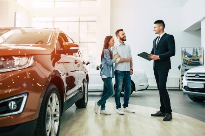 Stel koopt auto