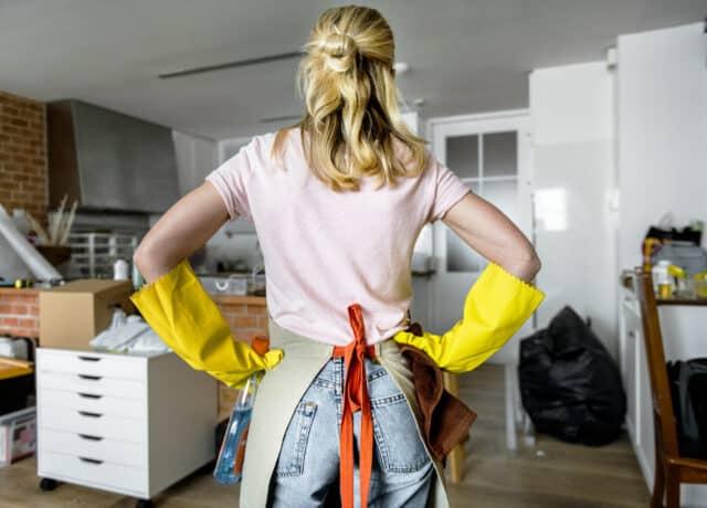 Vrouw die het huis opruimt