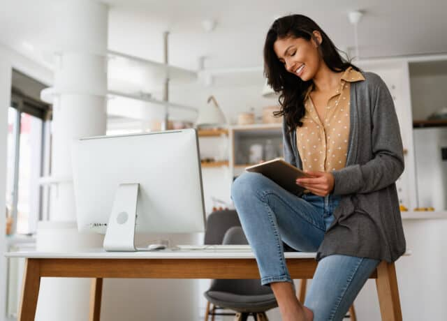 Vrouw checkt voordelen aflossingsvrije hypotheek