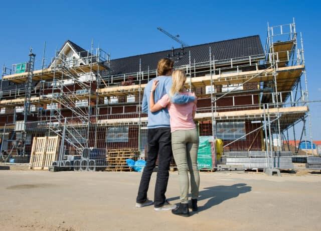 Stel koopt nieuwbouwwoning